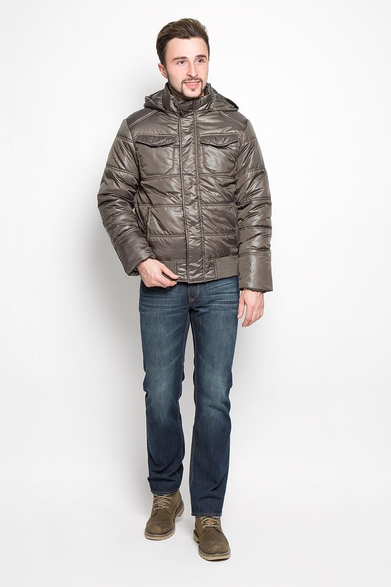 Куртка мужская Sela Casual Wear, цвет: темный хаки. Cp-226/344-6312. Размер L (50)Cp-226/344-6312Стильная мужская куртка Sela Casual Wear превосходно подойдет для прохладных дней. Куртка выполнена из полиэстера, она отлично защищает от дождя, снега и ветра, а наполнитель из синтепона превосходно сохраняет тепло.Модель с длинными рукавами и капюшоном застегивается на застежку-молнию спереди и дополнительно на ветрозащитную планку на кнопках. Капюшон пристегивается на молнию, объем регулируется при помощи шнурка-кулиски со стопперами. Изделие дополнено двумя втачными карманами на молниях спереди и двумя накладными карманами с клапанами на кнопках, а также внутренним врезным карманом на кнопке. Рукава дополнены внутренними трикотажными манжетами. Низ изделия дополнен трикотажной широкой резинкой. Эта модная и в то же время комфортная куртка согреет вас в холодное время года и отлично подойдет как для прогулок, так и для активного отдыха.