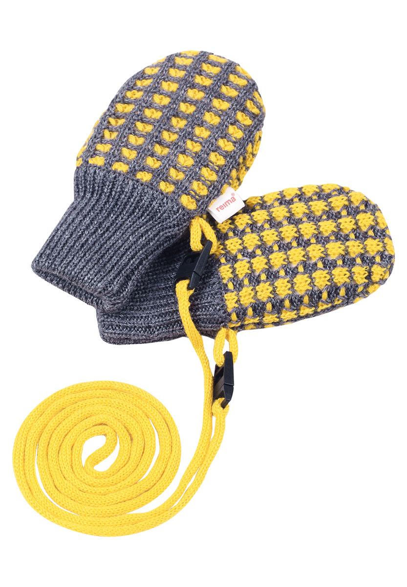 Варежки детские Reima Uninen, цвет: желтый, серый. 517132-2320. Размер 1517132-2320Симпатичные варежки для самых маленьких выполнены из смеси теплой шерсти. Подкладка из флиса делает варежки особенно мягкими и согревает крошечные ручки в холодную погоду. Варежки не потеряются благодаря удобному шнурочку. Предохранительный замочек на шнурке легко расстегивается, если шнурок за что-то зацепится.