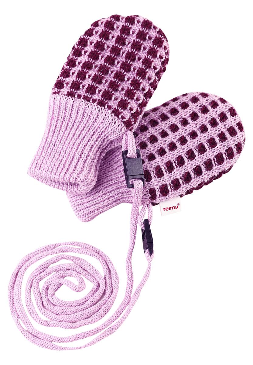 Варежки детские Reima Uninen, цвет: бордовый, розовый. 517132-4900. Размер 0517132-4900Симпатичные варежки для самых маленьких выполнены из смеси теплой шерсти. Подкладка из флиса делает варежки особенно мягкими и согревает крошечные ручки в холодную погоду. Варежки не потеряются благодаря удобному шнурочку. Предохранительный замочек на шнурке легко расстегивается, если шнурок за что-то зацепится.