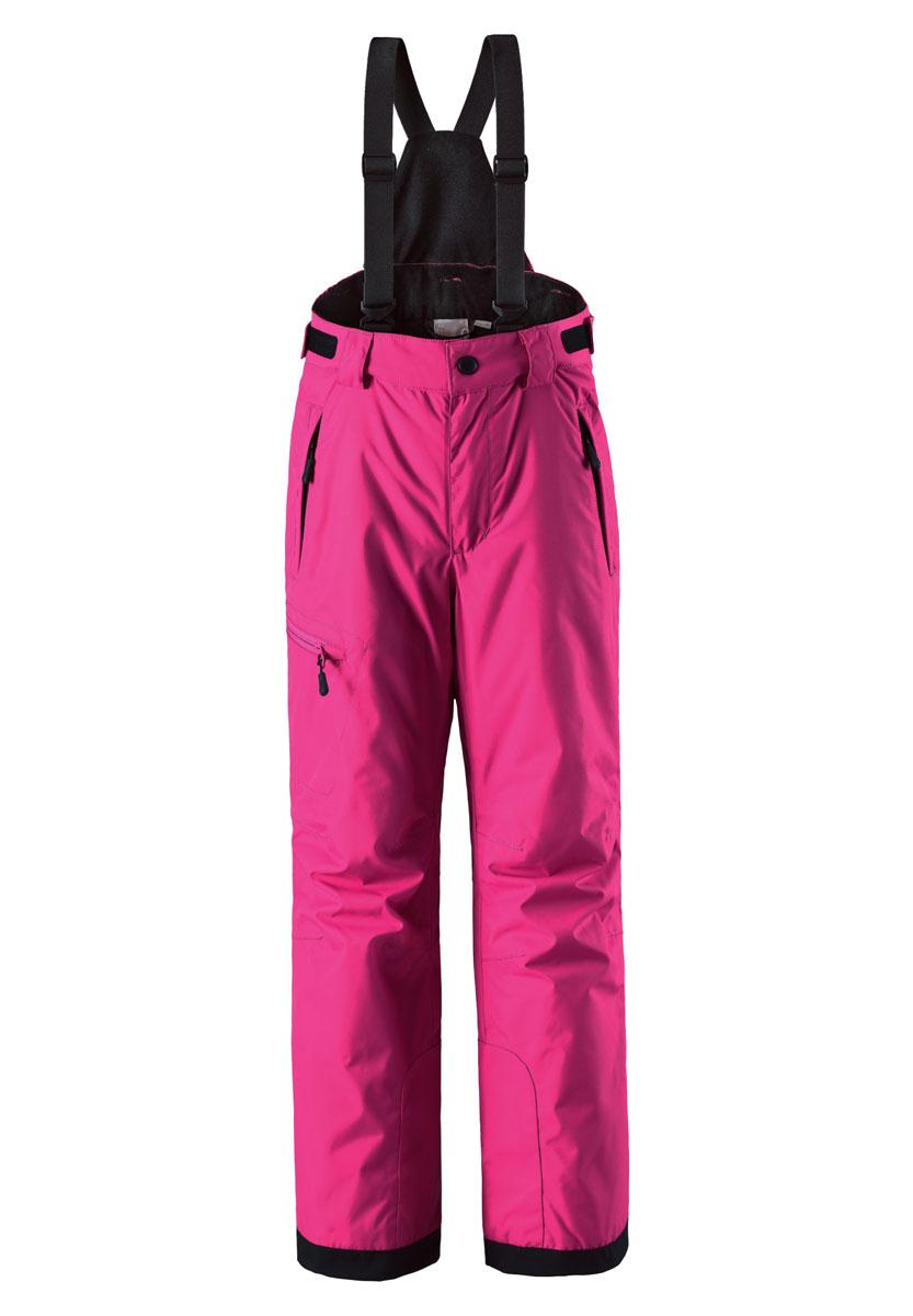 Брюки детские Reima Reimatec Terrie, цвет: розовый. 532082-4620. Размер 164532082-4620Детские водонепроницаемые зимние брюки понравятся активным искателям приключений, которые любят проводить время на лыжных склонах. Сделаны из очень прочного, ветронепроницаемого и пропускающего воздух материала, чтобы ребенку было комфортно на протяжении всего дня. Не требуют особого ухода, благодаря водо- и грязеотталкивающему покрытию. Все швы проклеены для создания водонепроницаемости, чтобы защитить от проникновения влаги, снега или воды. Регулируемые съемные подтяжки удержат брюки на месте и в сочетании с регулируемым поясом гарантируют хорошую посадку. Концы брючин с прочным уплотнителем и блокировкой от снега не пропустят холод. В накладной карман на брючине можно положить свои крошечные ценности.