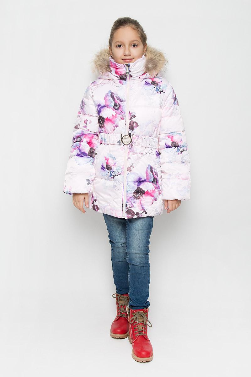 Куртка для девочки Pulka, цвет: светло-розовый, фиолетовый. PUFWG-626-20127-904. Размер 158PUFWG-626-20127-904Куртка для девочки Pulka выполнена из полиэстера. В качестве утеплителя используются микроволокна полиэстера. Модель с капюшоном и воротником-стойкой застегивается на молнию с защитой подбородка и внутренней ветрозащитной планкой. Капюшон, декорированный съемной опушкой из натурального меха, пристегивается к куртке при помощи молнии. По краю он снабжен эластичным шнурком со стопперами. Рукава с внутренней стороны присборены на эластичные резинки. Куртка имеет слегка приталенный силуэт, дополнительно подчеркнутый эластичным поясом с металлической пряжкой. В нижней части изделия расположены два прорезных кармана с застежками-молниями. С внутренней стороны имеется прорезной карман на молнии. По низу куртки проходит шнурок со стопперами. Модель оформлена цветочным принтом, украшена фирменной пластиной.Куртка снабжена светоотражающим элементом для безопасности ребенка в темное время суток.