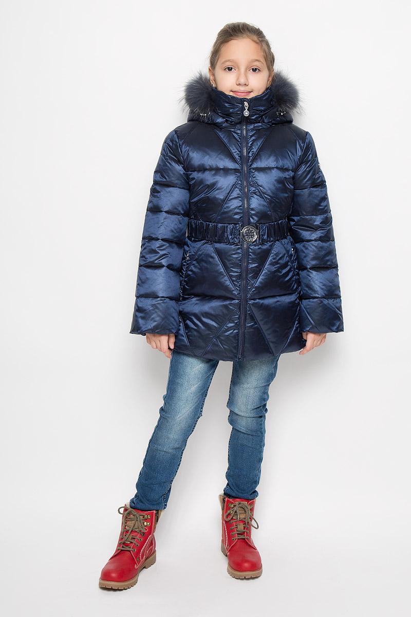 Куртка для девочки Pulka, цвет: темно-синий. PUFWG-626-20127-317. Размер 158PUFWG-626-20127-317Куртка для девочки Pulka выполнена из полиэстера с добавлением нейлона. В качестве утеплителя используются микроволокна полиэстера. Модель с капюшоном и воротником-стойкой застегивается на молнию с защитой подбородка и внутренней ветрозащитной планкой. Капюшон, декорированный съемной опушкой из натурального меха, пристегивается к куртке при помощи молнии. По краю он снабжен эластичным шнурком со стопперами. Рукава с внутренней стороны присборены на эластичные резинки. Куртка имеет слегка приталенный силуэт, дополнительно подчеркнутый эластичным поясом с металлической пряжкой. В нижней части изделия расположены два прорезных кармана с застежками-молниями. С внутренней стороны имеется прорезной карман на молнии. По низу куртки проходит шнурок со стопперами. Модель украшена фирменной пластиной.Куртка снабжена светоотражающим элементом для безопасности ребенка в темное время суток.