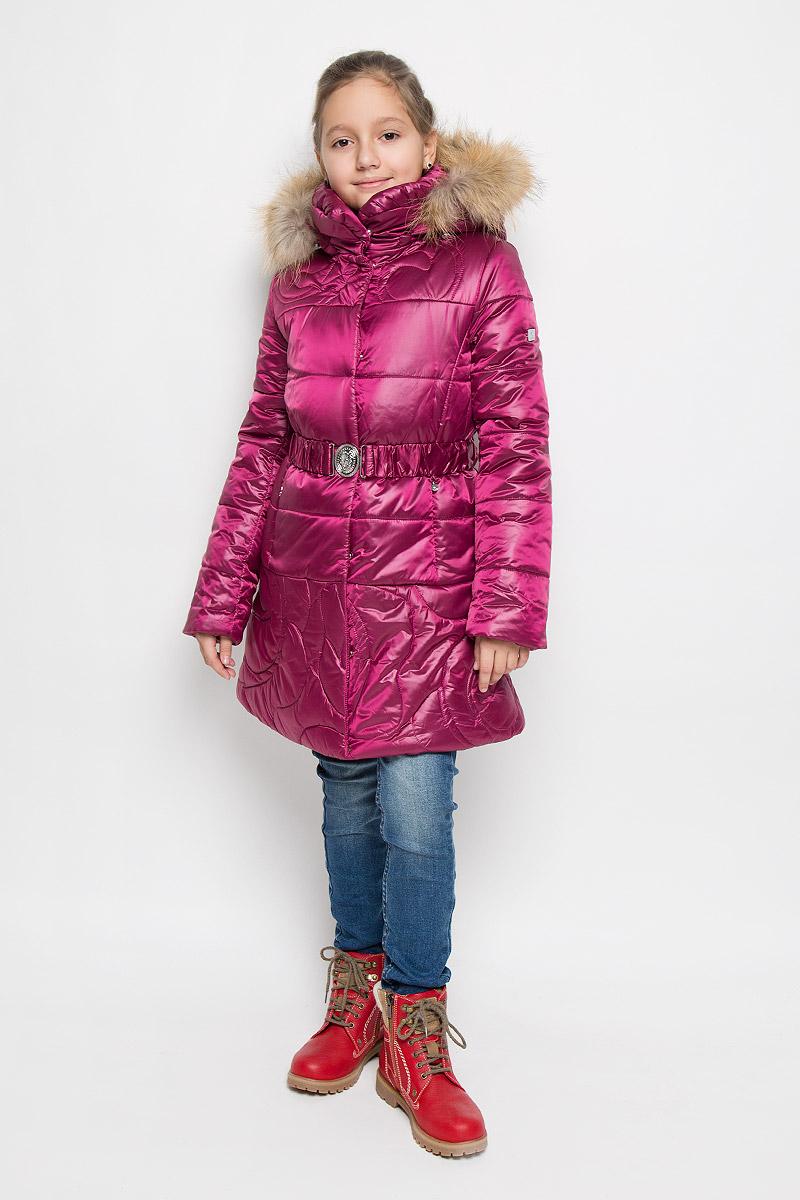 Пальто для девочки Pulka, цвет: малиновый. PUFWG-626-20326-424. Размер 164PUFWG-626-20326-424Пальто для девочки Pulka выполнено из полиэстера и нейлона. В качестве утеплителя используются микроволокна полиэстера. Модель с капюшоном и воротником-стойкой застегивается на молнию с двумя ветрозащитными планками. Внешняя планка имеет застежки-кнопки. Капюшон, декорированный съемной опушкой из натурального меха, пристегивается к пальто при помощи молнии. По краю он снабжен эластичным шнурком со стопперами. На рукавах предусмотрены эластичные манжеты. Пальто имеет приталенный силуэт, дополнительно подчеркнутый эластичным поясом с металлической пряжкой. В нижней части изделия расположены два прорезных кармана с застежками-молниями. С внутренней стороны имеется прорезной карман на молнии. Изделие украшено фирменной пластиной.