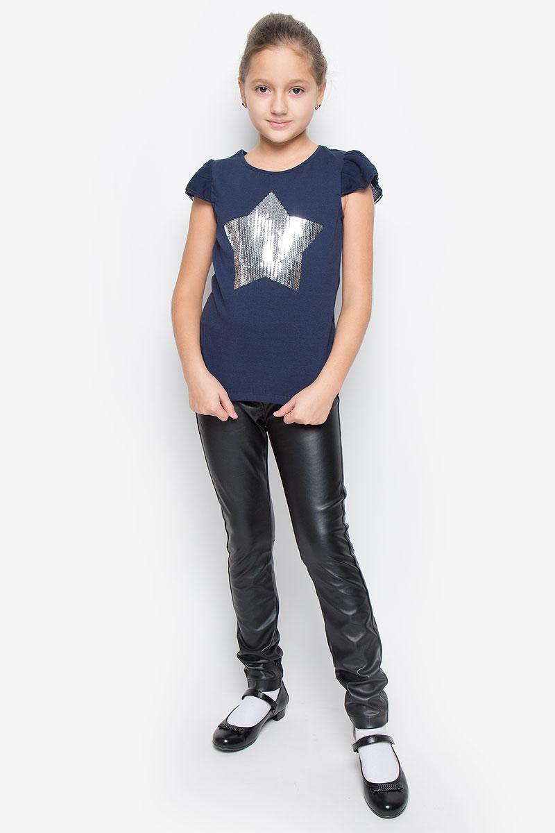 Футболка для девочки Button Blue, цвет: темно-синий. 216BBGP12011000. Размер 98, 3 года216BBGP12011000Модная футболка Button Blue идеально подойдет вашей дочурке. Изготовленная из хлопка с добавлением эластана, она невероятно мягкая и приятная на ощупь, не раздражает даже самую нежную и чувствительную кожу ребенка, обеспечивая наибольший комфорт, великолепно тянется и превосходно пропускает воздух. Футболка с короткими рукавами-крылышками и круглым вырезом горловины оформлена спереди аппликацией в виде звезды из пайеток.В такой футболке ваша девочка всегда будет в центре внимания!