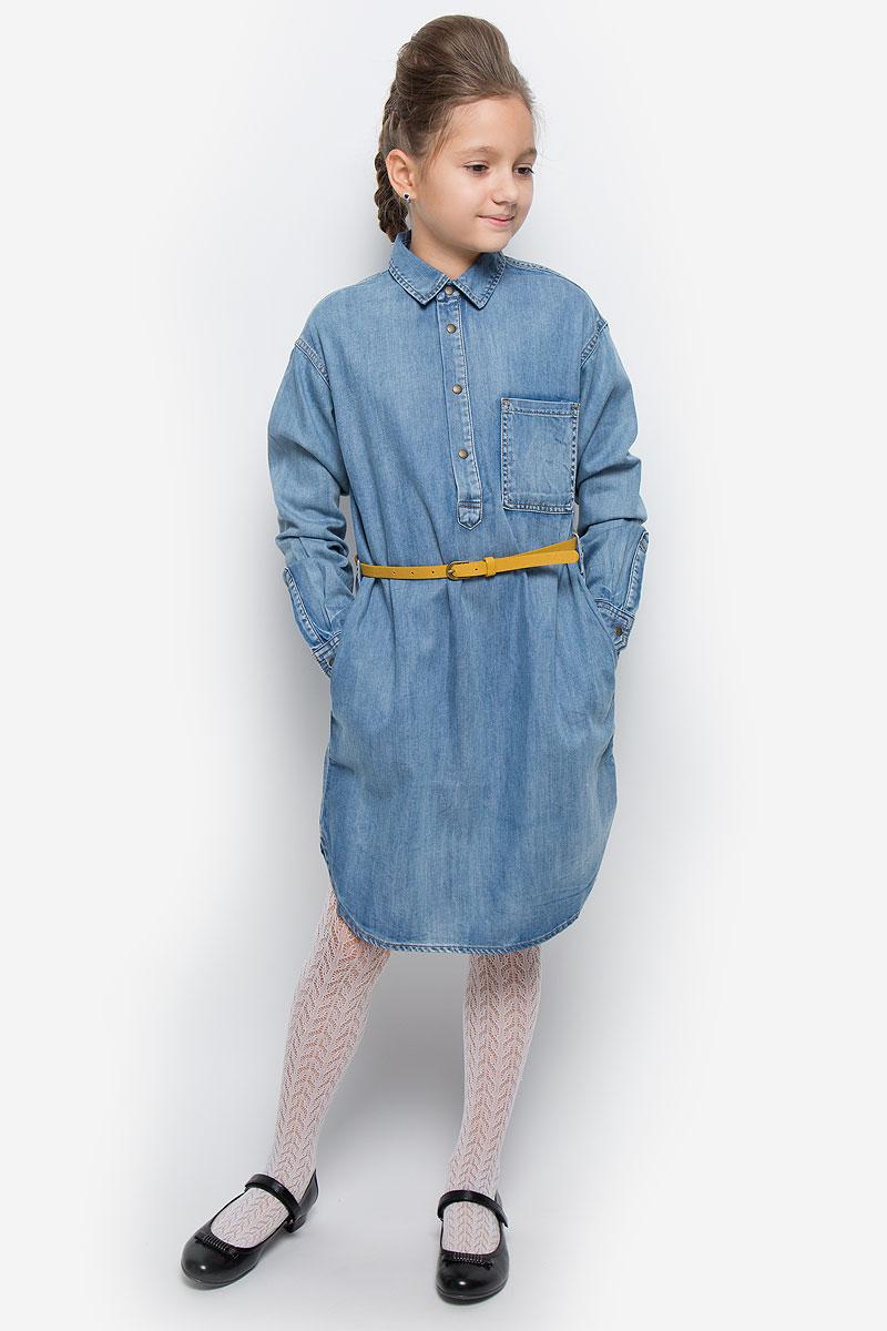 Платье-рубашка для девочки Gulliver Осенний сад, цвет: синий. 21610GTC2501. Размер 146, 10-11 лет21610GTC2501Очаровательное платье-рубашка Gulliver из коллекции Осенний сад выполнено из хлопка с добавлением лиоцелла. Платье-миди с длинными рукавами и отложным воротником застегивается спереди на четыре металлические кнопки. На манжетах предусмотрены застежки-кнопки. Изделие дополнено на талии стильным ремешком с металлической пряжкой. На груди расположен накладной открытый кармашек, по бокам - втачные карманы. Задняя часть модели немного удлинена.