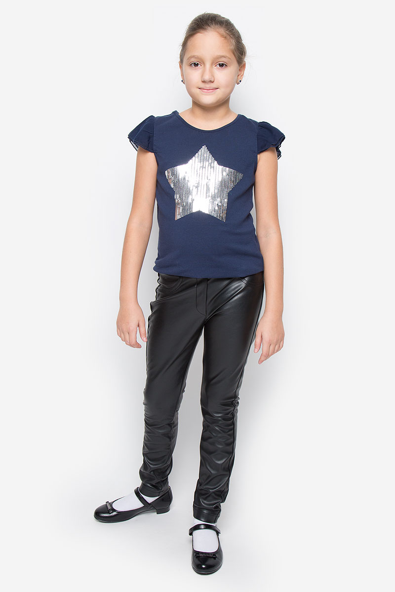Брюки для девочки Gulliver Голливуд, цвет: черный. 21609GTC6307. Размер 152, 11-12 лет21609GTC6307Стильные брюки Gulliver из коллекции Голливуд идеально подойдут вашей моднице. Изготовленные из полиуретана и полиэстера, они мягкие и приятные на ощупь, не сковывают движения ребенка. Брюки прямого кроя на талии имеют широкую эластичную резинку. Спереди брюки оформлены имитацией ширинки и втачных карманов. Сзади модель дополнена двумя накладными карманами. Современный дизайн делают эти брюки стильным предметом детского гардероба. В них ваш ребенок всегда будет в центре внимания!