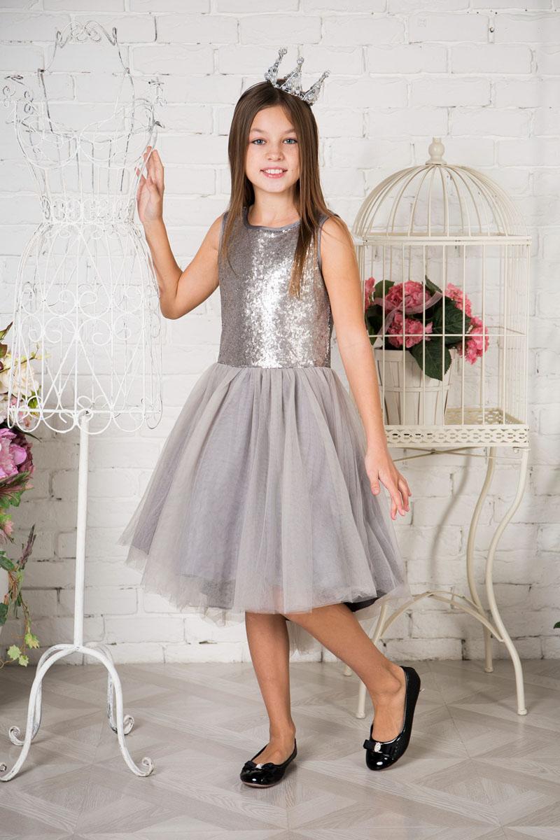 Платье для девочки Sweet Berry, цвет: серебристый, серый. 215801. Размер 140215801Нарядное платье Sweet Berry для девочки без рукавов и с круглым вырезом горловины. Верх модели расшит пайетками. Удлиненная задняя часть создает эффект шлейфа. Застегивается на потайную молнию на спинке.