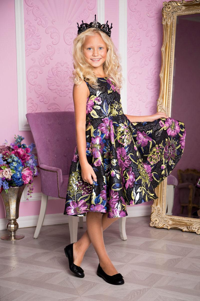 Платье для девочки Sweet Berry, цвет: лиловый, черный. 215803. Размер 152215803Платье для девочки Sweet Berry выполнено из высококачественного материала и дополнено подкладкой из хлопка. Платье-миди с круглым вырезом горловины застегивается сзади на застежку-молнию. Юбка оформлена складками. Платье оформлено оригинальным цветочным принтом.