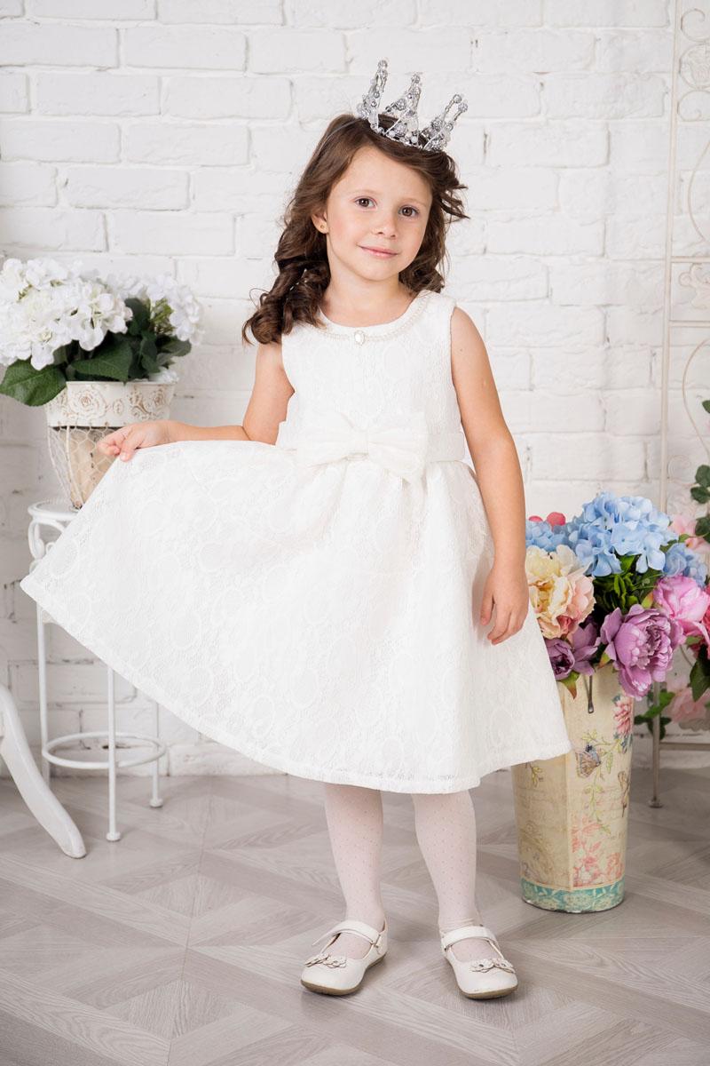 Платье для девочки Sweet Berry, цвет: белый. 215904. Размер 122215904Платье для девочки Sweet Berry выполнено из высококачественного кружевного материала и дополнено подкладкой из натурального хлопка. Модель сзади застегивается на потайную застежку-молнию. Платье дополнено текстильным бантом украшенным спереди бантом. Горловина оформлена декоративными бусами.