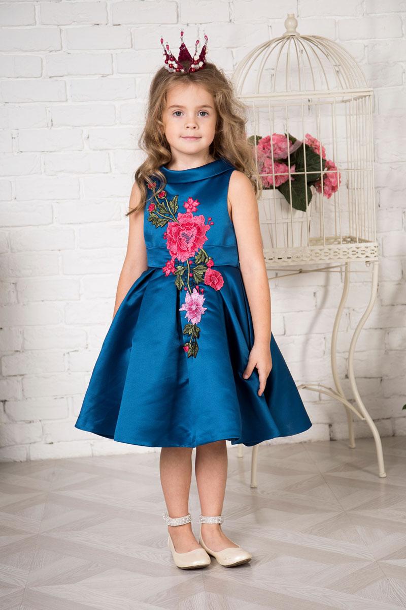 Платье для девочки Sweet Berry, цвет: сине-изумрудный. 215909. Размер 110215909Платье для девочки Sweet Berry выполнено из высококачественного атласного материала и дополнено подкладкой из натурального хлопка. Модель с пышной юбкой сзади застегивается на застежку-молнию. Модель оформлена цветочной нашивкой. Платье дополнено текстильным поясом.