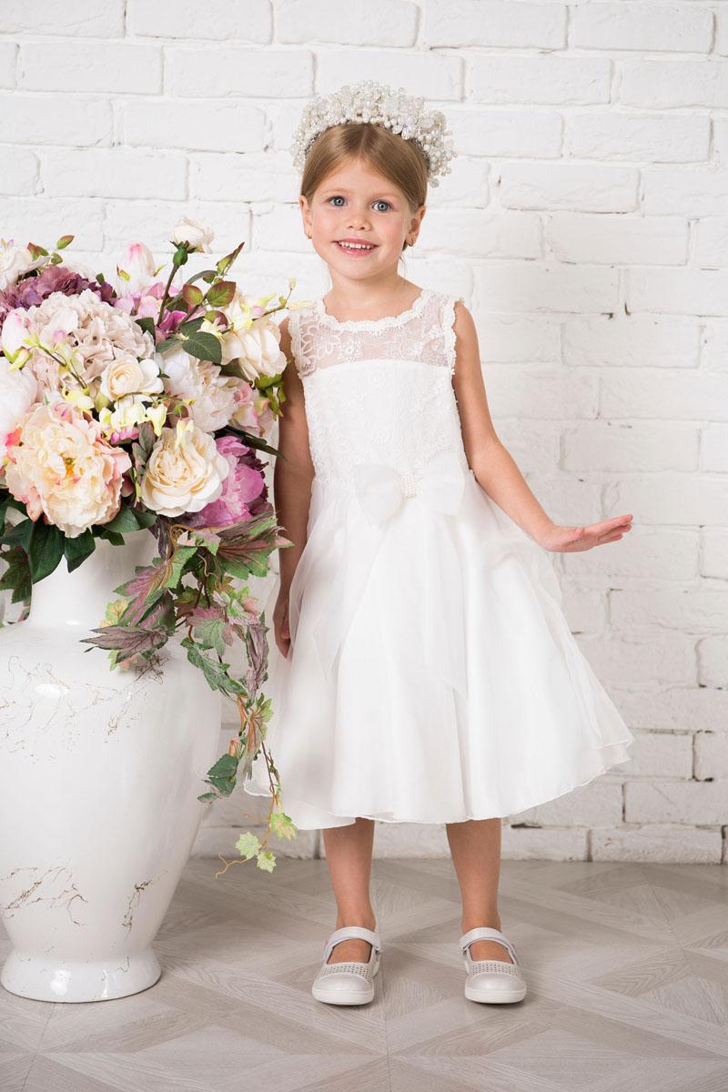 Платье для девочки Sweet Berry, цвет: белый. 215912. Размер 98215912Платье для девочки Sweet Berry выполнено из высококачественного материала и дополнено подкладкой из хлопка. Платье-миди с круглым вырезом горловины застегивается сзади на пуговицы. Пышная юбка оформлена складками. Верх платья выполнено из полупрозрачного материала с вышивками. Модель сзади дополнена большим текстильным бантом, а также спереди небольшим бантом украшенным бусинами.