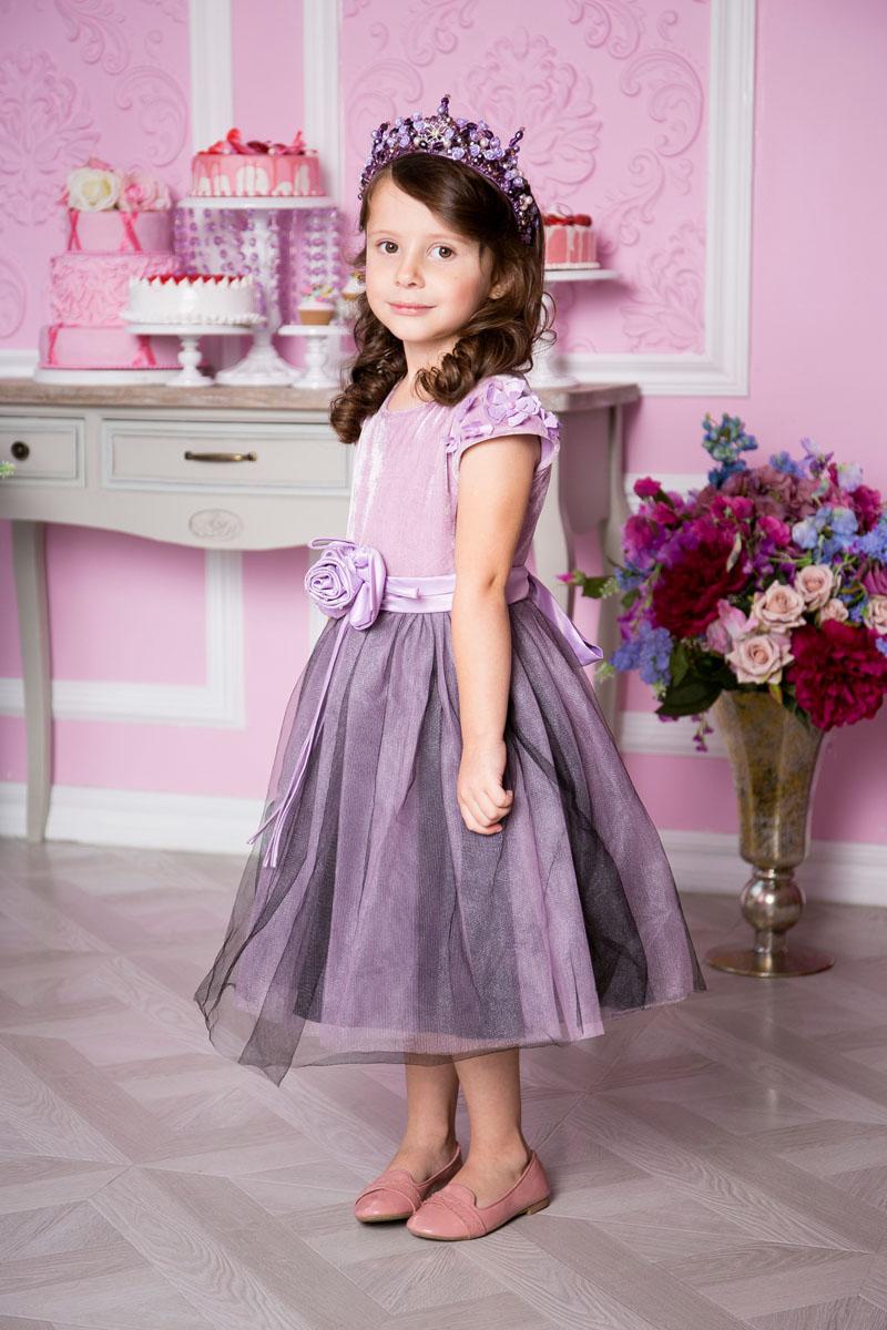 Платье для девочки Sweet Berry, цвет: пурпурно-лиловый. 215915. Размер 98215915Нежное платье для девочки Sweet Berry выполнено из высококачественного комбинированного материала и дополнено подкладкой из натурального хлопка. Модель средней длины с круглым вырезом горловины застегивается сзади на потайную застежку-молнию.Верх платья выполнен из бархата с рукавами-крылышками, оформленными объемными цветами и бусинами. Воздушная юбка состоит из нескольких слоев: верхний слой представляет собой двойную сетку с эффектом дымки, средний - атласную юбку, нижний -подъюбник с сеткой. Линию талии подчеркивает пояс, декорированный объемным цветком из атласа с бисером и сзади завязывающийся на бант.
