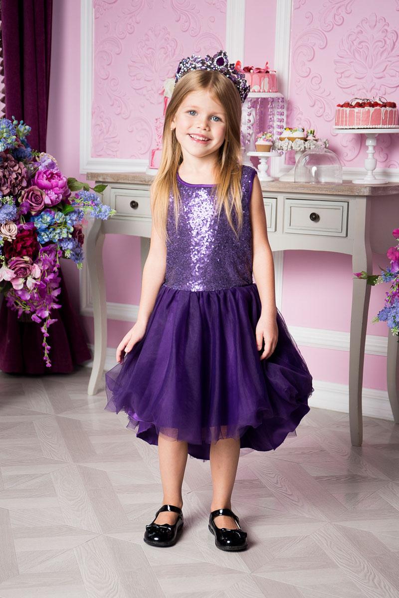 Платье для девочки Sweet Berry, цвет: фиолетовый. 215917. Размер 122215917Нарядное платье Sweet Berry для девочки без рукавов и с круглым вырезом горловины. Верх модели расшит пайетками. Удлиненная задняя часть создает эффект шлейфа. Застегивается на потайную молнию на спинке.