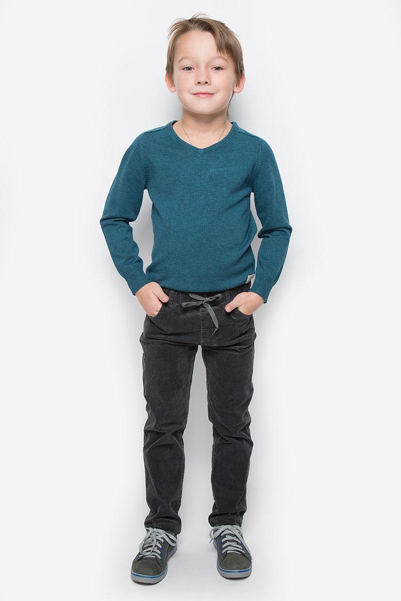 Брюки для мальчика PlayToday, цвет: графитовый. 361012. Размер 98, 3 года361012Стильные вельветовые брюки PlayToday станут отличным дополнением к гардеробу вашего мальчика. Изготовленные из хлопка с добавлением эластана, они необычайно мягкие и приятные на ощупь, не сковывают движения и позволяют коже дышать, не раздражают даже самую нежную и чувствительную кожу ребенка, обеспечивая наибольший комфорт. Брюки прямого кроя в поясе имею эластичную резинку с затягивающимся шнурком. Модель дополнена спереди двумя втачными карманами, сзади - двумя накладными карманами. На поясе предусмотрены шлевки для ремня.