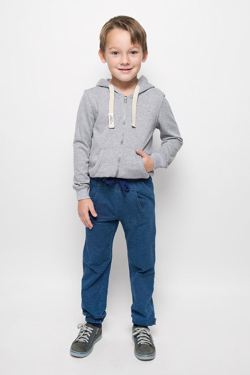 Брюки спортивные для мальчика PlayToday, цвет: синий деним. 361161. Размер 98, 3 года361161Стильные спортивные брюки для мальчика PlayToday выполнены из футера с имитацией джинсовой ткани. Модель имеет пояс на резинке, который дополнительно регулируется шнурком. Низ брючин собран на эластичные резинки. Спереди расположен карман-кенгуру. Изделие оформлено надписью.