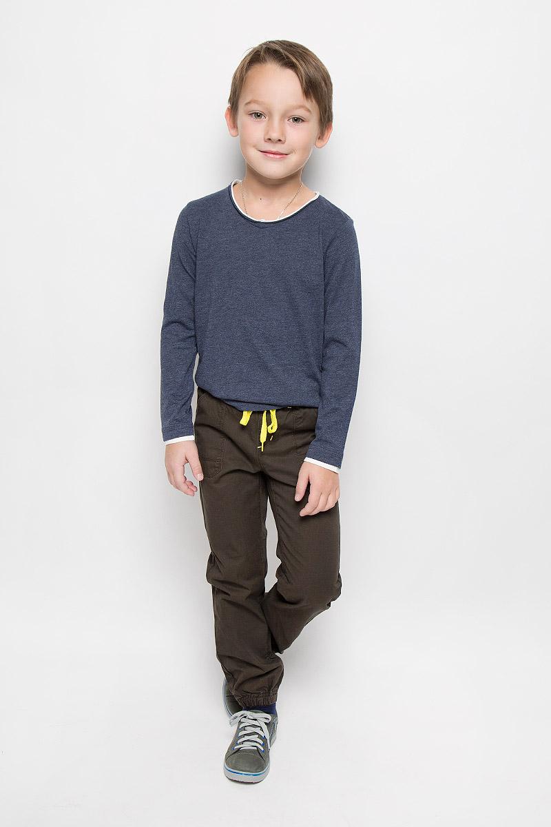 Брюки для мальчика PlayToday, цвет: темно-коричневый. 361014. Размер 122, 7 лет361014Брюки для мальчика PlayToday изготовлены из натурального хлопка. Модель имеет пояс на резинке, который дополнительно регулируется яркой тесьмой. Спереди и сзади расположены накладные карманы. Низ брючин собран на резинки.