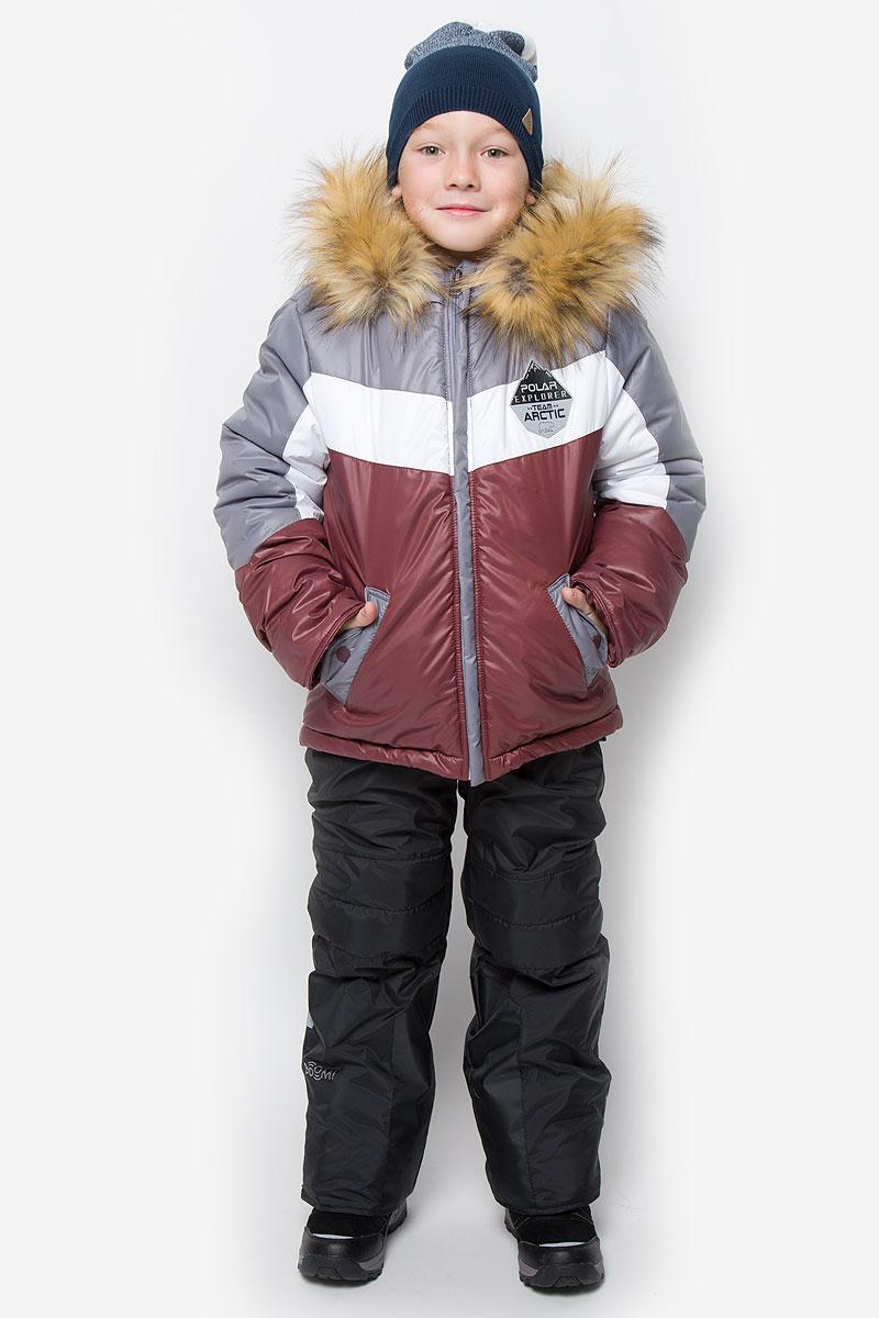 Комплект для мальчика Boom!: куртка, полукомбинезон, цвет: серый, бордовый, черный. 64361_BOB_вар.3. Размер 86, 1,5-2 года64361_BOB_вар.3Комплект для мальчика Boom! состоит из куртки и полукомбинезона. Комплект выполнен из водонепроницаемой и ветрозащитной ткани. Комбинированная подкладка, изготовленная из полиэстера и вискозы, содержит мягкие флисовые и гладкие вставки. В качестве утеплителя используется легкий гипоаллергенный материал - эко-синтепон. Изделие легко стирается, быстро сушится, приятно носится. Куртка с несъемным капюшоном застегивается на пластиковую молнию с защитой подбородка и двумя ветрозащитными планками. Подкладка курточки (кроме рукавов) выполнена из мягкого теплого флиса. Капюшон декорирован съемной опушкой из искусственного меха. На рукавах имеются трикотажные манжеты. По краю куртки предусмотрена скрытая резинка со стопперами. Спереди расположены два втачных кармана с клапанами на кнопках. Модель оформлена крупным принтом на спинке, украшена на груди нашивкой.Полукомбинезон застегивается на пластиковую молнию с ветрозащитной планкой. Изделие дополнено съемными эластичными наплечными лямками, регулируемыми по длине. На талии полукомбинезона предусмотрена широкая эластичная резинка. Спереди расположены два втачных кармана. Снизу брючин имеются эластичные манжеты с прорезиненными полосками. Изделие дополнено износостойкими вставками.Комплект оснащен светоотражающими элементами для безопасности ребенка в темное время суток.Температурный режим до -30°С.