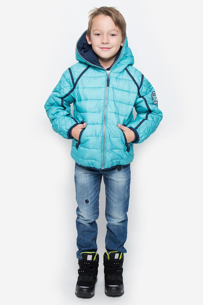 Куртка для мальчика Gulliver, цвет: бирюзовый. 21608BKC4103. Размер 122, 7 лет21608BKC4103Куртка для мальчикаGulliver c длинными рукавами и несъемным капюшоном выполнена из прочного нейлона. Подкладка - мягкий флис. Наполнитель - синтепон. Модель застегивается на застежку-молнию спереди. Изделие имеет два втачных кармана на кнопках спереди. Рукава, стилизованные под реглан, оснащеныузкими эластичными резинками на манжетах. Куртка оформлена стеганым узором. Капюшон застегивается по всей длине.