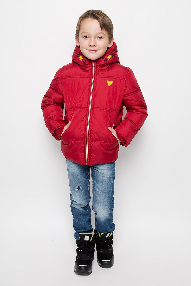 Куртка для мальчика Tom Tailor, цвет: темно-красный. 3532761.00.82_4245. Размер 104/1103532761.00.82_4245Модная куртка Tom Tailor согреет вашего мальчика в холодное время года. Куртка изготовлена из водонепроницаемой ткани - 100% полиэстера. В качестве утеплителя используется 100% полиэстер. Куртка с несъемным капюшоном застегивается на застежку-молнию с защитой подбородка. Изделие дополнено спереди двумя прорезными карманами, с внутренней стороны - накладным карманом на липучке. Флисовые напульсники защитят от проникновения ветра и снега. Светоотражающие элементы увеличивают безопасность вашего ребенка с темное время суток.