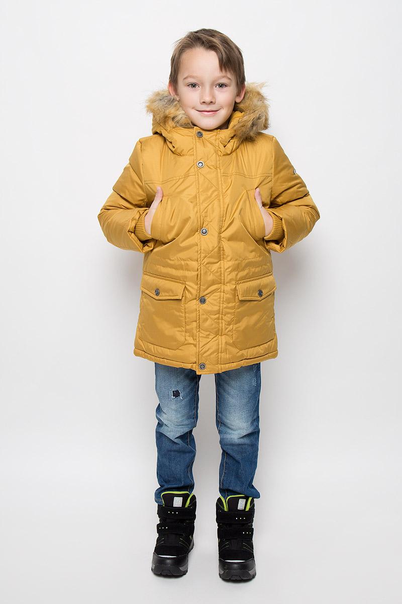 Куртка для мальчика Button Blue, цвет: горчичный. 216BBBC45010400. Размер 128, 8 лет216BBBC45010400Удлиненная куртка для мальчика Button Blue c длинными рукавами и несъемным капюшоном выполнена из прочного полиэстера. Подкладка дополнена вставкой из мягкого флиса. Наполнитель - синтепон. Объем капюшона регулируется при помощи шнурка-кулиски. Модель застегивается на застежку-молнию спереди, имеет ветрозащитный клапан на кнопках. Низ и линия талии куртки дополнены шнурками-кулисками со стопперами. Изделие имеет два открытых втачных кармана на груди и два накладных кармана с клапанами на кнопках спереди. Рукава куртки дополнены внутренними трикотажными манжетами. Капюшон украшен искусственным мехом из полиэстера.