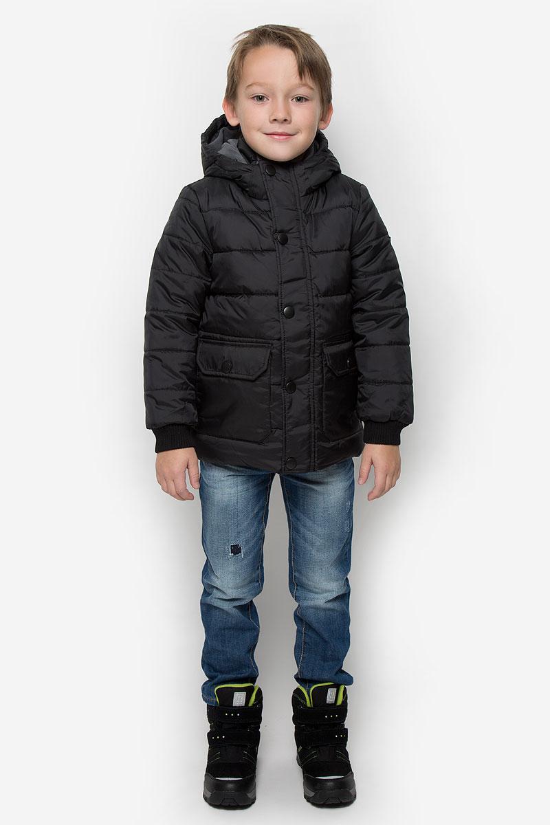 Куртка для мальчика Button Blue, цвет: черный. 216BBBC41020800. Размер 104, 4 года216BBBC41020800Куртка для мальчика Button Blue c длинными рукавами, воротником-стойкой и несъемным капюшоном выполнена из прочного полиэстера. Подкладка капюшона и воротника-стойки выполнена из мягкого флиса. Наполнитель - синтепон. Объем капюшона регулируется при помощи шнурка-кулиски со стопперами. Модель застегивается на застежку-молнию спереди и имеет ветрозащитный клапан на кнопках. Изделие имеет два накладных открытых кармана и два накладных кармана на клапанах с кнопками спереди. Рукава оснащены трикотажными манжетами.