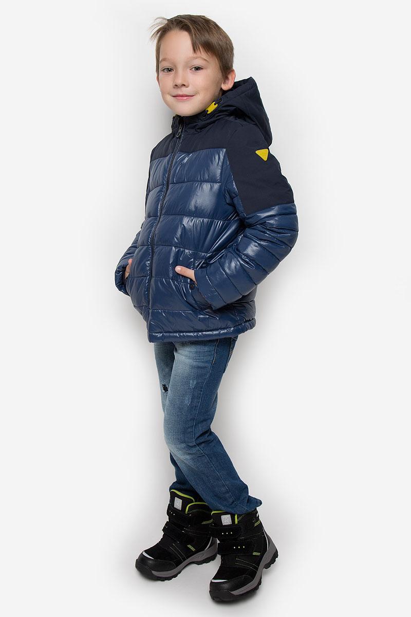 Куртка для мальчика Tom Tailor, цвет: темно-синий. 3532753.00.30_6758. Размер 1403532753.00.30_6758Куртка для мальчика Tom Tailor c длинными рукавами и несъемным капюшоном выполнена из прочного полиамида. Наполнитель - синтепон. Модель застегивается на застежку-молнию спереди. Изделие имеет два втачных кармана на кнопках спереди. Рукава оснащены внутренними флисовыми манжетами.