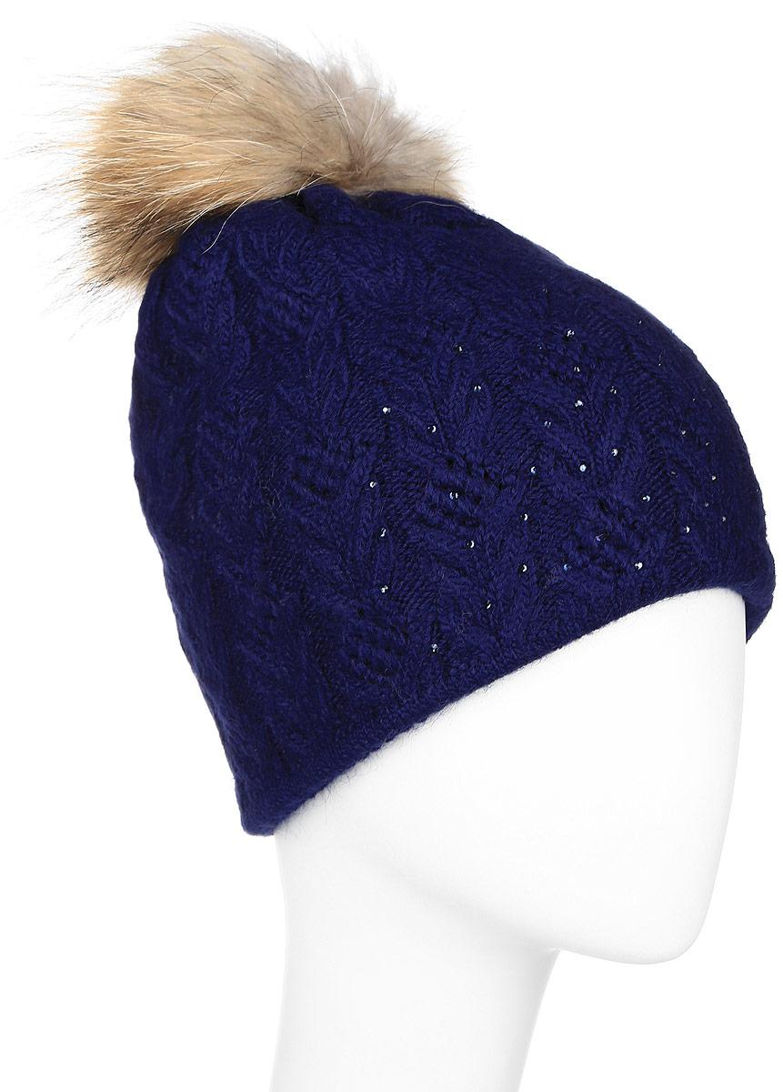 Шапка женская Finn Flare, цвет: темно-синий. W16-11119_101. Размер 56W16-11119_101Стильная женская шапка Finn Flare дополнит ваш наряд и не позволит вам замерзнуть в холодное время года. Шапка выполнена из высококачественной пряжи, что позволяет ей великолепно сохранять тепло и обеспечивает высокую эластичность и удобство посадки.Модель оформлена брендовой металлической пластиной, стразами и дополнена помпоном из натурального меха.