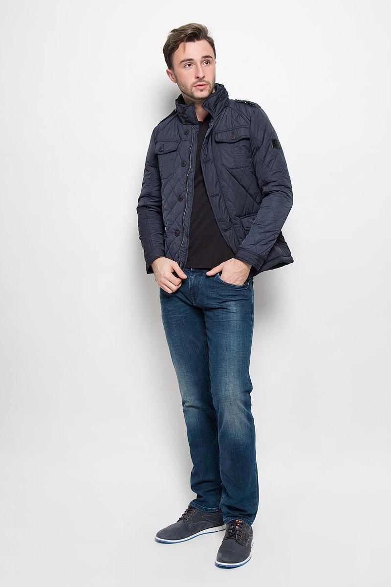 Куртка мужская Lee Cooper, цвет: темно-синий. FELINI-5137/DARKNAVY. Размер L (50)FELINI-5137/DARKNAVYМужская стеганая куртка выполнена из полиэстера с синтепоновым утеплителем. Модель с воротником-стойкой застегивается на молнию и дополнительно ветрозащитным клапаном на пуговицах. Воротник дополнен скрытым капюшоном под змейкой и трикотажной вставкой. Куртка дополнена двумя накладными карманами с клапанами на пуговицах, на груди также имеется два накладных кармана с клапанами на пуговицах, а с внутренней стороны одним карманом. Манжеты рукавов регулируются по ширине за счет хлястиков с кнопками. На плечах куртка оформлена декоративными хлястиками, фиксирующимися на пуговицы.