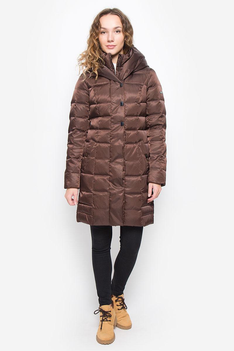 Пальто женское Finn Flare, цвет: темно-коричневый. W16-12008_621. Размер S (44)W16-12008_621Женское пальто Finn Flare выполнено из нейлона с подкладкой из полиэстера. В качестве утеплителя используются пух и перо. Приталенная модель с несъемным капюшоном и воротником-стойкой застегивается на пластиковую молнию с ветрозащитными планками. Внешние планки имеют застежки-кнопки. Рукава дополнены трикотажными манжетами. Спереди расположены два втачных кармана с застежками-кнопками. Пальто украшено фирменной металлической пластиной.