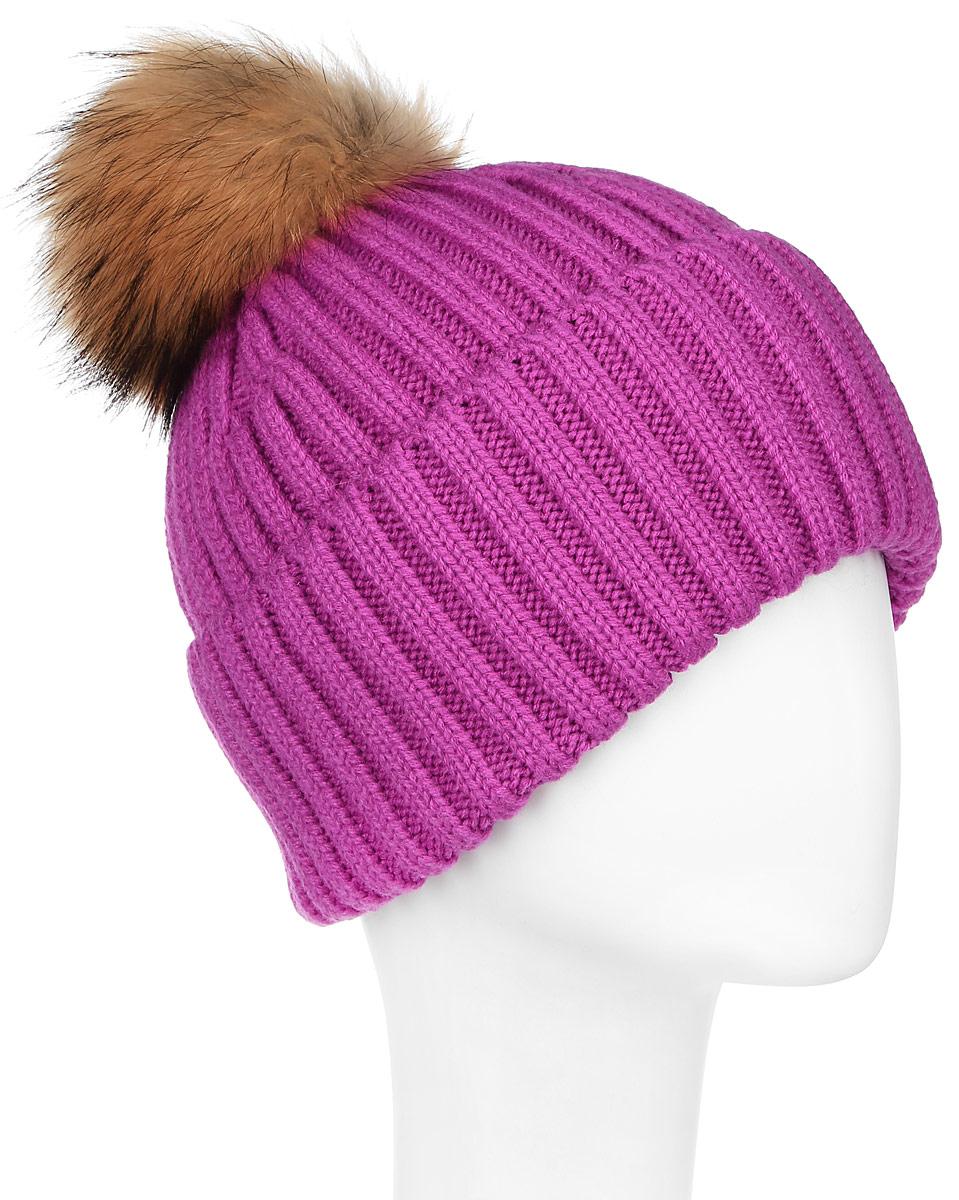 Шапка женская Finn Flare, цвет: розовый. W16-11117_811. Размер 56W16-11117_811Стильная женская шапка Finn Flare дополнит ваш наряд и не позволит вам замерзнуть в холодное время года. Шапка выполнена из высококачественной пряжи, что позволяет ей великолепно сохранять тепло и обеспечивает высокую эластичность и удобство посадки.Модель оформлена брендовой металлической пластиной и дополнена пушистым помпоном и меха енота.