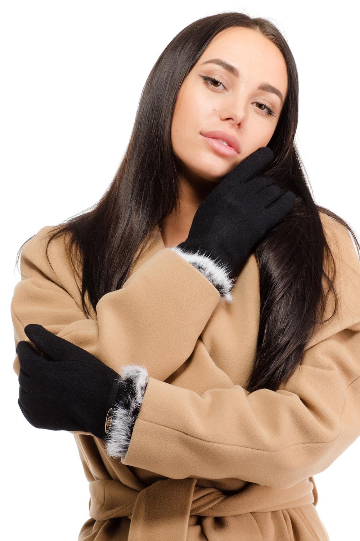 Перчатки женские Moltini, цвет: черный. 95029-12B. Размер 7/7,595029-12BСтильные женские перчатки Moltini изготовленные из высококачественных материалов и дополненные на запястье натуральным мехом, станут идеальным вариантом для прохладной погоды. Они хорошо сохраняют тепло, мягкие, идеально сидят на руке и отлично тянутся. Перчатки оформлены нашитым хлястиком с металлической пластиной с надписью.
