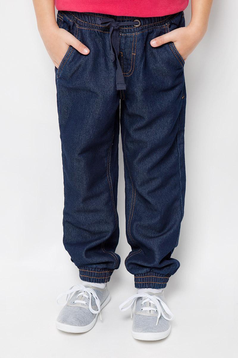 Брюки детские Button Blue, цвет: синий джинс. 216BBUC5602D100. Размер 104, 4 года216BBUC5602D100Трикотажные детские брюки Button Blue - образец комфорта, уюта и свободы движений. И для отдыха, и для активного времяпрепровождения, эти брюки прямого кроя с резинкой внизу гарантируют удобство и отличный внешний вид. Особое переплетение и метод крашения трикотажного полотна полностью имитирует джинсовую ткань, что делает брюки еще более стильными и универсальными в повседневной носке.Модель оформлена двумя втачными карманами спереди и двумя накладными карманами сзади. В поясе изделие на резинке и завязывается на шнурочки в форме бантик.Такие брюки послужат отличным дополнением к детскому гардеробу!