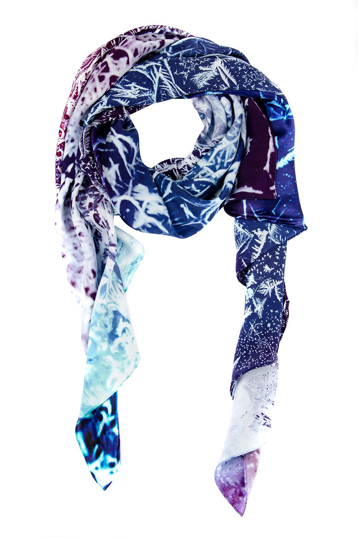 Палантин женский Moltini, цвет: голубой, сиреневый. 21618-1M. Размер 175 см х 85 см21618-1MЖенский палантин Moltini изготовлен из натурального шелка. Он оформлен красочным принтом с изображением морозных узоров. Края изделия обработаны.