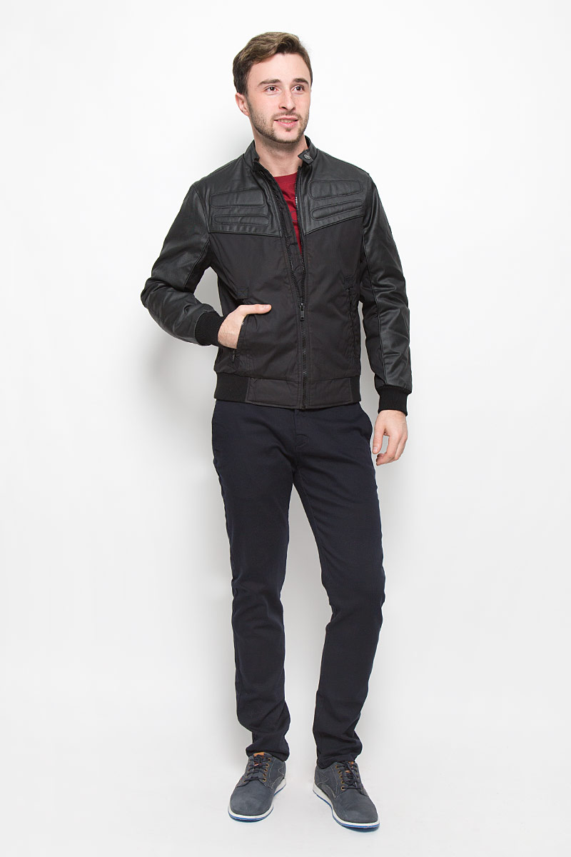 Куртка мужская Mexx, цвет: черный. MX3023560_MN_JCK_008. Размер L (50)MX3023560_MN_JCK_008_001Мужская куртка выполнена из полиэстера и дополнена вставками из полиэстера с добавлением хлопка. В качестве подкладки и утеплителя используется полиэстер. Модель с воротником стойкой застегивается на застежку-молнию и хлястиком на кнопке. Низ модели и низ рукавов дополнен трикотажными манжетами. Спереди куртка дополнена двумя прорезными карманами на застежках-молниях, а с внутренней стороны накладным карманом на липучке.