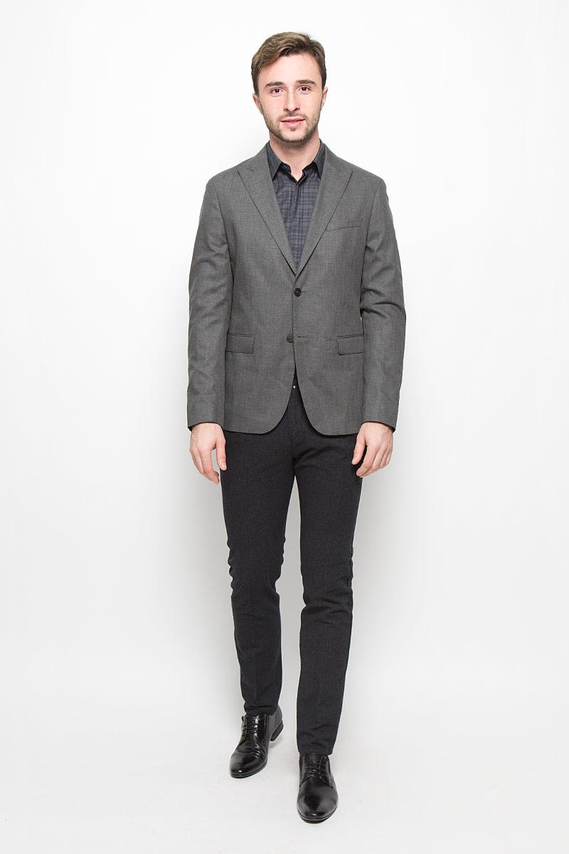 Пиджак мужской Mexx, цвет: темно-серый. MX3025141. Размер L (52)MX3025141Мужской пиджак Mexx изготовлен из высококачественного комбинированного материала. Подкладка пиджака выполнена из полиэстера с добавлением вискозы. Пиджак с воротником с лацканами и длинными рукавами застегивается на две пуговицы. Манжеты рукавов также дополнены декоративными пуговицами. Пиджак имеет два накладных кармана с клапанами, нагрудный кармашек спереди и три внутренних втачных кармана, а также внутренний втачной карман на пуговице.