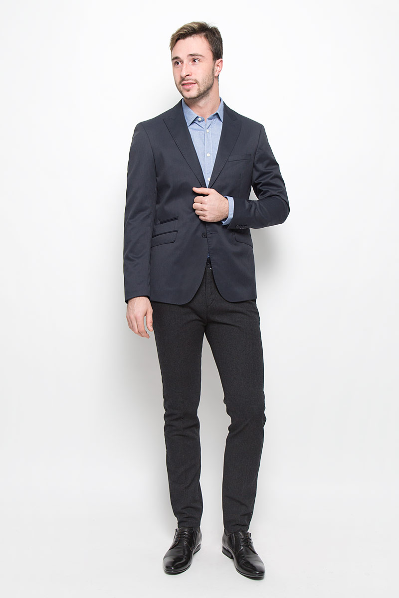 Пиджак мужской Mexx, цвет: темно-синий. MX3025342_MN_BLZ_009. Размер XL (54)MX3025342_MN_BLZ_009_418Мужской пиджак Mexx изготовлен из высококачественного комбинированного материала. Подкладка пиджака выполнена из полиэстера и вискозы, а подкладка на рукавах из 100% полиэстера. Пиджак с воротником с лацканами и длинными рукавами застегивается на две пуговицы. Манжеты рукавов оформлены декоративными пуговицами. Пиджак имеет два накладных кармана с клапанами, один нагрудный карман и три внутренних втачных кармана, а также внутренний втачной карман на пуговице.
