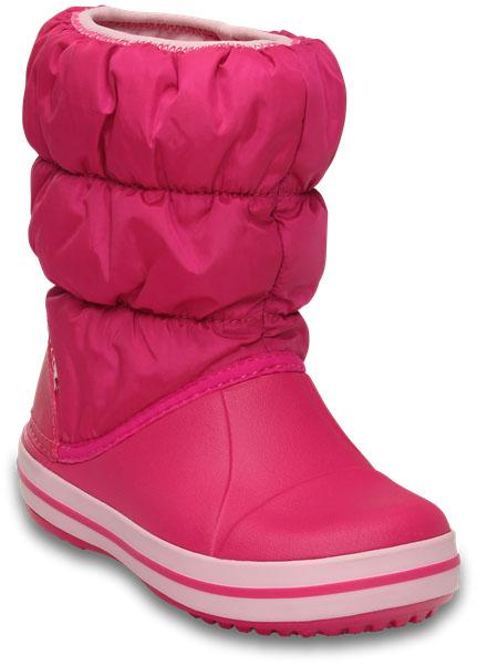 Дутики детские Crocs Winter Puff Boot, цвет: розовый. 14613-6X0. Размер 7 (24)14613-6X0Детские дутики Winter Puff Boot от Crocs сохранят тепло в холодную погоду. Дутики выполнены из прочного водонепроницаемого и грязеотталкивающего текстиля и полимера Croslite. Литая непромокаемая носочная часть из материала Croslite гарантирует легкость и комфорт. Подкладка и стелька выполнены из мягкого текстиля, что обеспечит комфорт и уют ногам. Такая подкладка дышит, согревает и соответствует гигиеническим нормам. Подошва с протектором гарантирует идеальное сцепление на любой поверхности.Декоративный рант по периметру основания подошвы придает дутикам спортивный стиль.Рекомендуемый температурный режим: до -15-20С°.