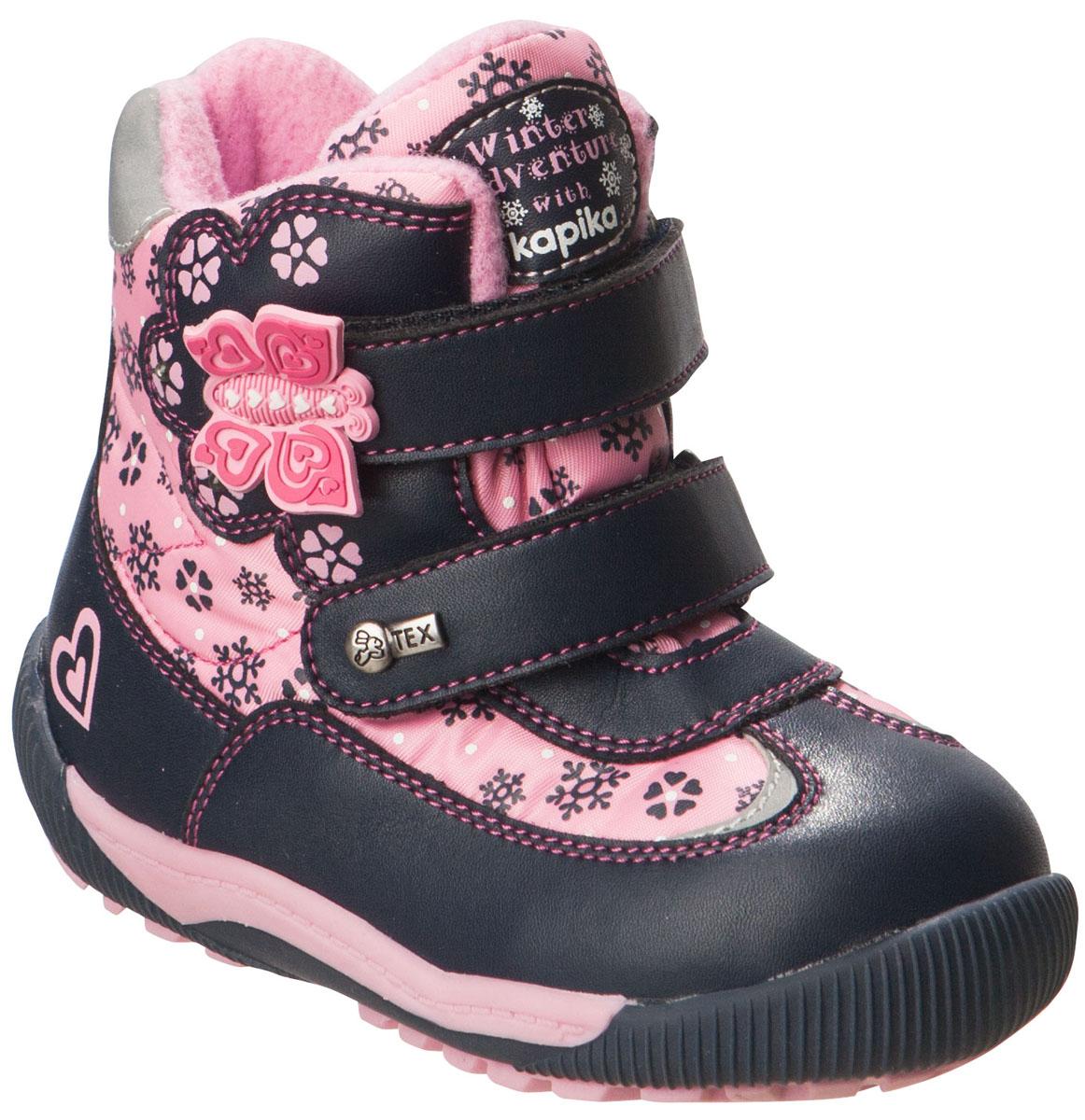 Ботинки для девочки Kapika, цвет: темно-синий, розовый. 41154-1. Размер 2241154-1Удобные высокие ботинки от Kapika придутся по душе вашей дочурке!Модель изготовлена из искусственной кожи и плотного текстиля с применением мембраны. Мембранная обувь называется дышащей, защищает от влаги, своевременно отводит естественные испарения тела и сохраняет комфортный микроклимат при ношении.Изделие оформлено принтом с изображением снежинок и цветов, прострочкой, на язычке - фирменной нашивкой, на ремешках - объёмной аппликацией из ПВХ виде бабочки и металлическим элементом логотипа бренда. Два ремешка на застежках-липучках надежно фиксируют изделие на ноге. Мягкая подкладка и стелька исполненные из текстиля, на 80% состоящего из натурального овечьего шерстяного меха, обеспечивают тепло и надежно защищают от холода. Рифление на подошве гарантирует идеальное сцепление с любыми поверхностями.Стильные ботинки займут достойное место в гардеробе вашего ребенка, они идеально подойдут для теплой зимы, а также поздней осени и ранней весны.