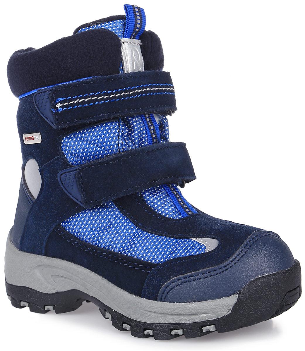 Ботинки для мальчика Reima, цвет: темно-синий, синий. 569296-6980. Размер 24569296-6980БотинкиReimatec Kinos выполнены из натуральной телячьей замши, искусственной кожи и плотного полиэстера. Модель оформлена металлической пластинкой с названием бренда. Ярлычки на заднике и язычке облегчат надевание модели. На ноге модель фиксируется с помощью ремешков с застежками-липучками. Верхняя часть внутренней поверхности выполнена из утепленного текстиля. Подкладка выполнена из искусственного меха, который обеспечит тепло и комфорт. Рисунок Happy Fit на съемных войлочных стельках поможет подобрать нужный размер или измерить быстрорастущую ножку ребенка. Подошва изготовлена из высококачественной термопластиковой резины и дополнена протектором, который гарантирует отличное сцепление с любой поверхностью. Светоотражающие детали позволяют лучше разглядеть ребенка в темное время суток.Ботинки имеют степень утепления, рассчитанную на температуры от 0 до -20°С.