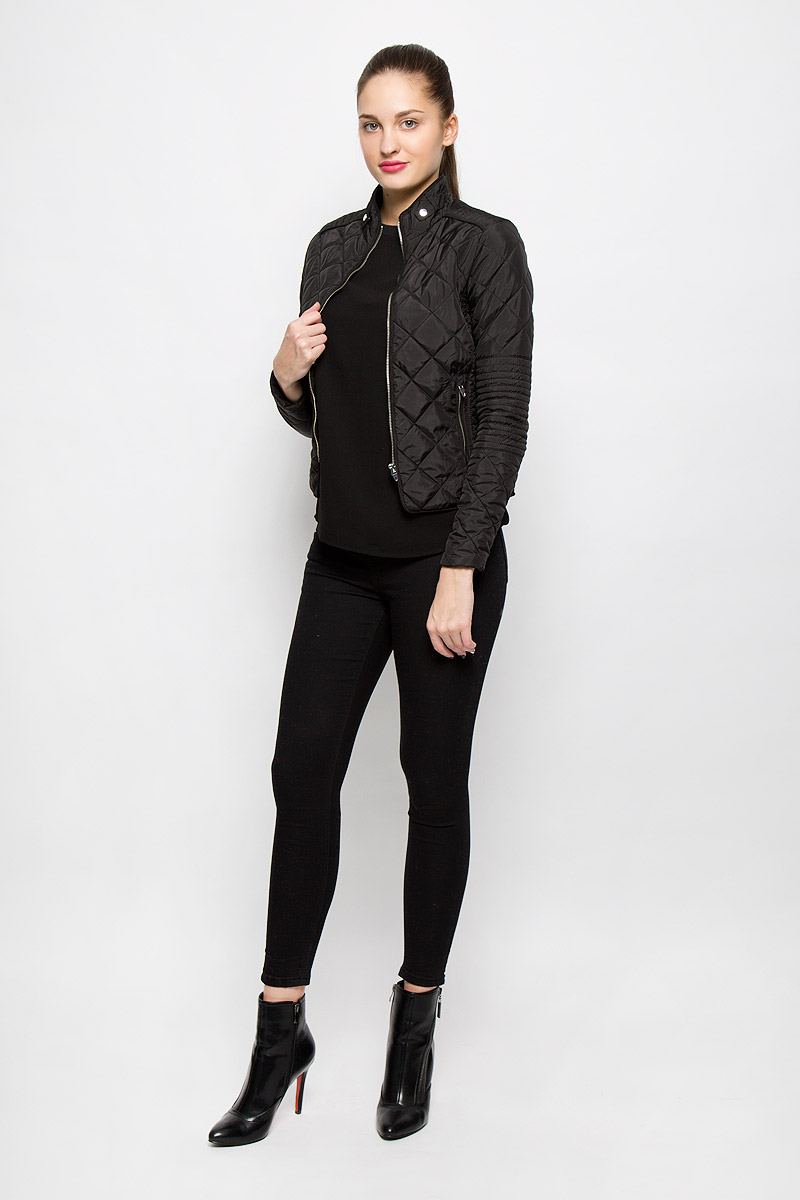 Куртка женская Vero Moda, цвет: черный. 10159766. Размер L (46)10159766_BlackСтильная женская куртка Vero Moda выполнена из 100% полиэстера. Такая модель отлично подойдет для прохладной погоды.Куртка с воротником-стойкой и длинными рукавами застегивается на металлическую застежку-молнию. Спереди модель дополнена двумя прорезными карманами на молниях. Воротник украшен шлевками и хлястиками на застежках-кнопках. Куртка оформлена стеганным принтом и по рукаву дополнена эластичной трикотажной резинкой. Очень комфортная и стильная куртка будет прекрасным выбором для повседневной носки и подчеркнет вашу индивидуальность.