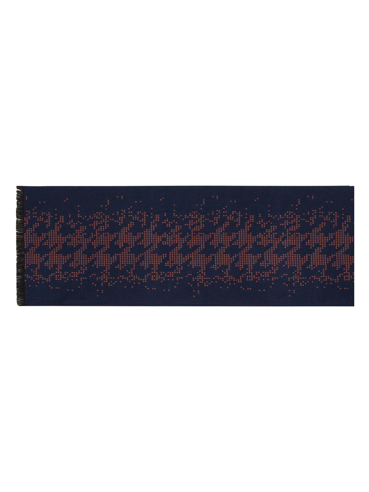 Шарф мужской Labbra, цвет: темно-синий. LJG34-317. Размер 30 см х 180 смLJG34-317Мужской шарф Labbra, изготовленный из вискозы и шелка, мягкий и приятный на ощупь.Изделие оформлено оригинальным принтом. По короткому краю модель оформлена бахромой.