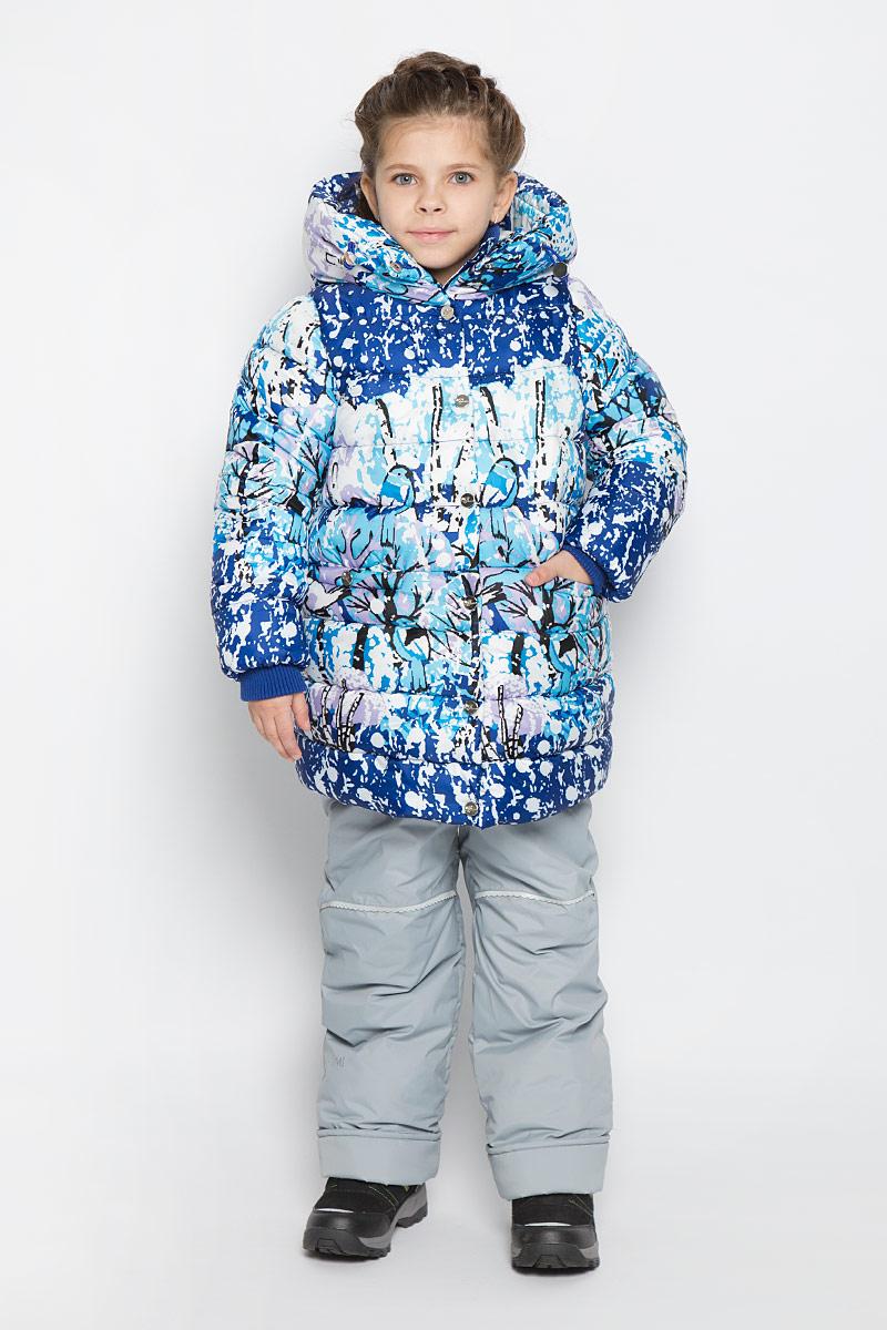 Куртка для девочки Boom!, цвет: синий, голубой, белый. 64348_BOG_вар.1. Размер 122, 7-8 лет64348_BOG_вар.1Куртка для девочки Boom!, изготовленная из полиэстера, станет ярким и стильным дополнением к детскому гардеробу. Материал приятный на ощупь, позволяет коже дышать, легко стирается, быстро сушится. Подкладка выполнена из полиэстера с добавлением вискозы с флисовыми вставками. В качестве утеплителя используется синтепон. Модель с капюшоном и длинными рукавами застегивается на пластиковую застежку-молнию и дополнительно имеет внешнюю ветрозащитную планку на кнопках. Капюшон не отстегивается регулируется эластичной резинкой со стопперами, на воротнике застегивается на кнопки. По бокам расположены два прорезных кармана на кнопках.Рукава дополнены трикотажными манжетами. Талия модели регулируется эластичной резинкой со стопперами.Красивый цвет, модный силуэт обеспечивают куртке прекрасный внешний вид!Теплая, удобная и практичная куртка идеально подойдет юной моднице для прогулок!