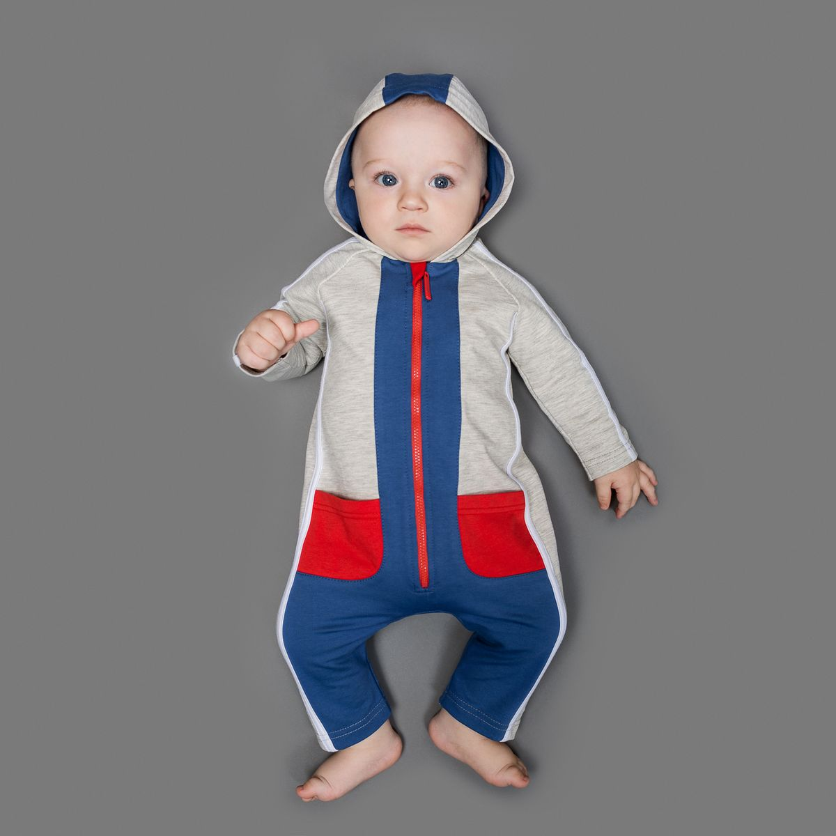 Комбинезон для мальчика Ёмаё, цвет: серый меланж, синий, красный. 22-520. Размер 6222-520Комбинезон Ёмаё, изготовленный из футера - очень удобный и практичный вид одежды для малышей.Комбинезон с капюшоном и открытыми ножками застегивается спереди на пластиковую застежку-молнию, что помогает с легкостью переодеть ребенка. Спереди и сзади модель дополнена двумя накладными кармашками. Оформлено изделие контрастной отделкой. Комбинезон полностью соответствует особенностям жизни младенца в ранний период, не стесняя и не ограничивая его в движениях!