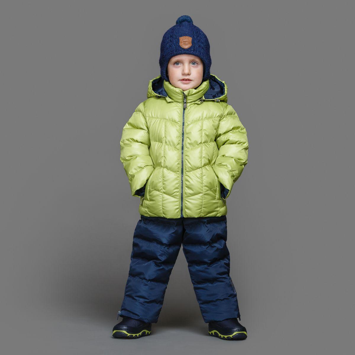 Комплект для мальчика Ёмаё: куртка, полукомбинезон, цвет: светло-зеленый, синий. 39-149. Размер 9239-149Теплый комплект Ёмаё идеально подойдет для ребенка в холодное время года. Комплект состоит из куртки и полукомбинезона, изготовленных из водоотталкивающей ткани с утеплителем из синтепуха. Подкладка выполнена из полиэстера. Куртка застегивается на пластиковую застежку-молнию и дополнена съемным капюшоном на кулиске. Низ рукавов с внутренними трикотажными манжетами - дополнительная защита от ветра и снега. Предусмотрены два прорезных кармана на молнии. Понизу куртка регулируется с помощью резинки на кулиске. Полукомбинезон с небольшой грудкой застегивается на пластиковую застежку-молнию и имеет наплечные лямки с пластиковым карабином, регулируемые по длине. Спереди он оформлен двумя втачными кармашками. На талии предусмотрена широкая эластичная резинка, которая позволяет надежно заправить в брюки водолазку или свитер. Снизу брючины дополнены внутренними манжетами с настроченной эластичной тесьмой с латексной нитью (антискользящая), которая фиксирует брючины на сапогах и предохраняет от попадания снега. Все молнии с внутренними ветрозащитными планками. Набивка куртки - 220 г/м2, подкладка - флис. Набивка полукомбинезона - 150 г/м2.Температурный режим до -10-15°С.Комфортный, удобный и практичный комплект идеально подойдет для прогулок и игр на свежем воздухе!