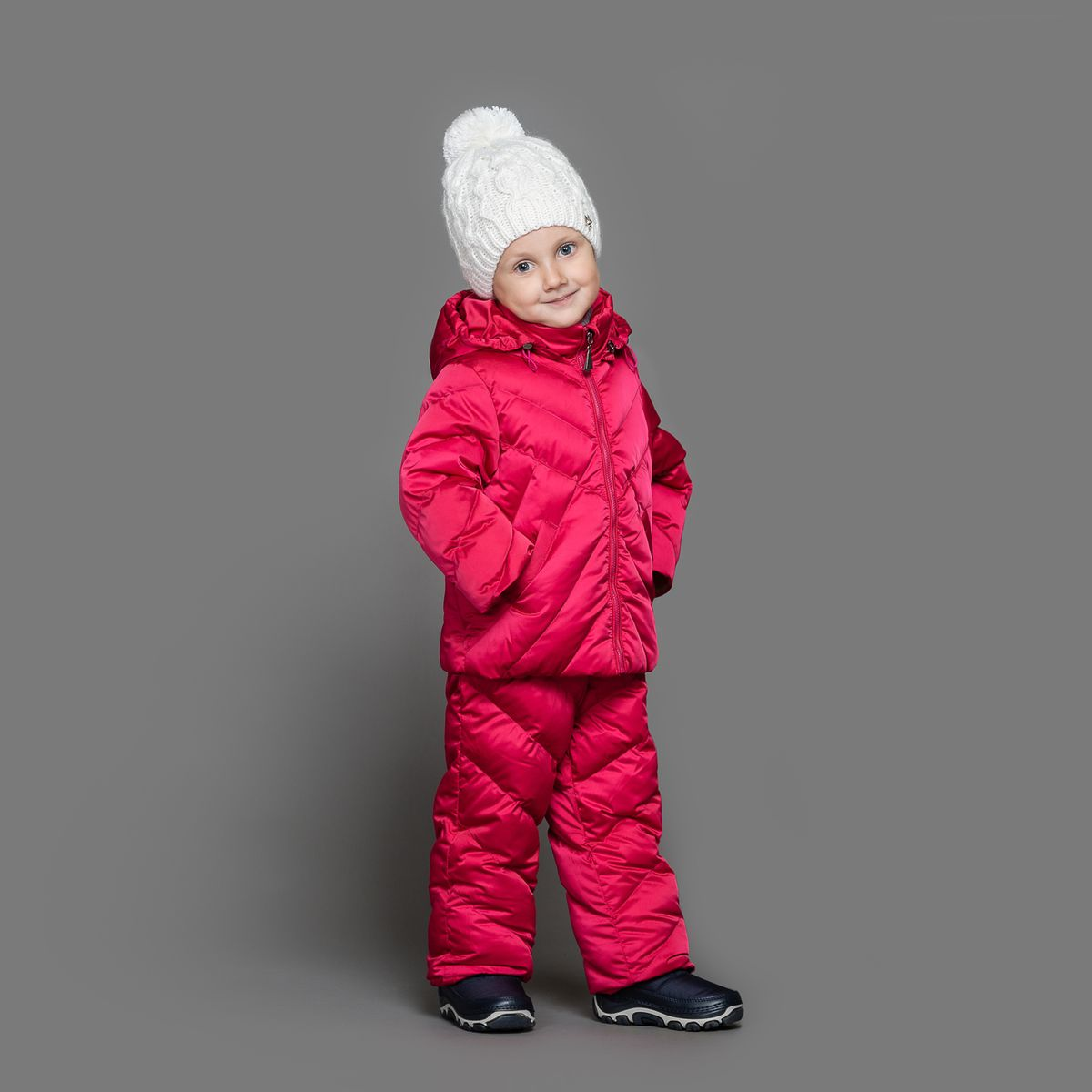 Комплект для девочки Ёмаё: куртка, полукомбинезон, цвет: фуксия. 39-151. Размер 8039-151Теплый комплект Ёмаё идеально подойдет для ребенка в холодное время года. Комплект состоит из куртки и полукомбинезона, изготовленных из водоотталкивающей ткани с утеплителем из синтепуха. Подкладка выполнена из полиэстера. Куртка застегивается на пластиковую застежку-молнию и дополнена капюшоном на кулиске. Низ рукавов с внутренними трикотажными манжетами - дополнительная защита от ветра и снега. Предусмотрены два прорезных кармана. Полукомбинезон с небольшой грудкой застегивается на пластиковую застежку-молнию и имеет наплечные лямки с пластиковым карабином, регулируемые по длине. Спереди он оформлен двумя втачными кармашками. На талии предусмотрена широкая эластичная резинка, которая позволяет надежно заправить в брюки водолазку или свитер. Снизу брючины дополнены внутренними манжетами с настроченной эластичной тесьмой с латексной нитью (антискользящая), которая фиксирует брючины на сапогах и предохраняет от попадания снега. Все молнии с внутренними ветрозащитными планками. Набивка куртки - 220 г/м2, подкладка - флис. Набивка полукомбинезона - 150 г/м2.Температурный режим до -10-15°С.Комфортный, удобный и практичный комплект идеально подойдет для прогулок и игр на свежем воздухе!