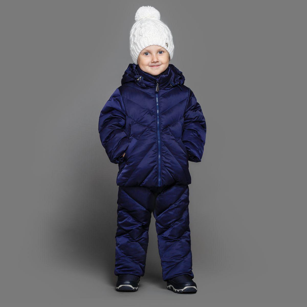 Комплект для девочки Ёмаё: куртка, полукомбинезон, цвет: темно-синий. 39-151. Размер 9239-151Теплый комплект Ёмаё идеально подойдет для ребенка в холодное время года. Комплект состоит из куртки и полукомбинезона, изготовленных из водоотталкивающей ткани с утеплителем из синтепуха. Подкладка выполнена из полиэстера. Куртка застегивается на пластиковую застежку-молнию и дополнена капюшоном на кулиске. Низ рукавов с внутренними трикотажными манжетами - дополнительная защита от ветра и снега. Предусмотрены два прорезных кармана. Полукомбинезон с небольшой грудкой застегивается на пластиковую застежку-молнию и имеет наплечные лямки с пластиковым карабином, регулируемые по длине. Спереди он оформлен двумя втачными кармашками. На талии предусмотрена широкая эластичная резинка, которая позволяет надежно заправить в брюки водолазку или свитер. Снизу брючины дополнены внутренними манжетами с настроченной эластичной тесьмой с латексной нитью (антискользящая), которая фиксирует брючины на сапогах и предохраняет от попадания снега. Все молнии с внутренними ветрозащитными планками. Набивка куртки - 220 г/м2, подкладка - флис. Набивка полукомбинезона - 150 г/м2.Температурный режим до -10-15°С.Комфортный, удобный и практичный комплект идеально подойдет для прогулок и игр на свежем воздухе!