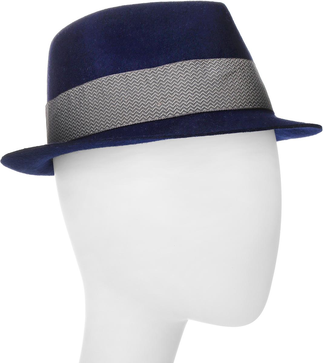 Шляпа Goorin Brothers, цвет: темно-синий. 600-9305. Размер M (57)600-9305Элегантная шляпа Goorin Brothers, выполненная из высококачественной натуральной шерсти, дополнит любой образ. Модель с невысокой вертикальной тульей с продольным заломом и загнутыми вверх полями, которые можно изгибать по желанию. Шляпа-федора оформлена узорчатой лентой с перетяжкой, которая обозначена маленьким логотипом Goorin Bros. Внутри модель дополнена плотной тесьмой для комфортной посадки изделия по голове. Аккуратные поля шляпы придадут вашему образу таинственности и шарма. Такая шляпа подчеркнет вашу неповторимость и прекрасный вкус.