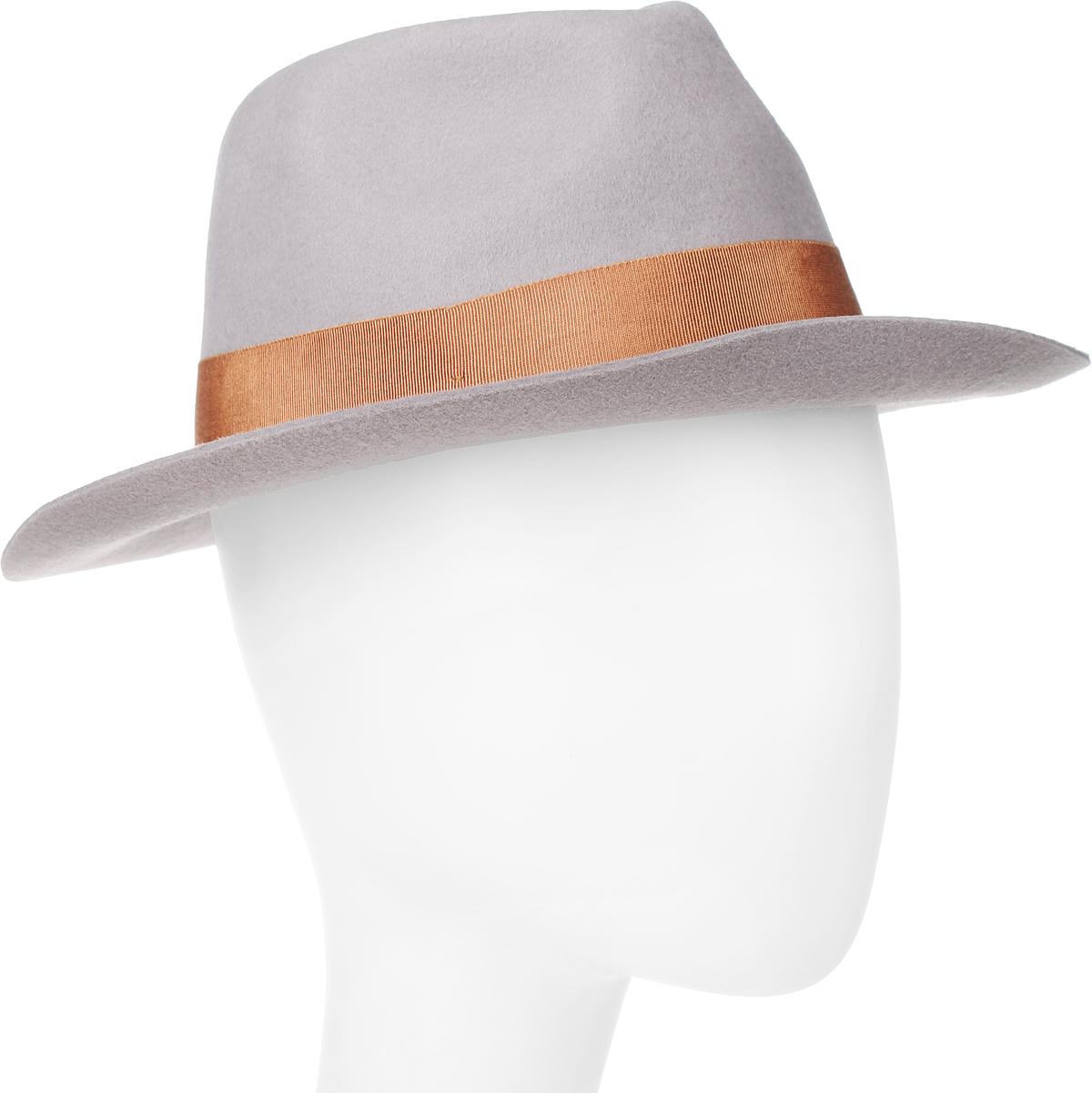 Шляпа Goorin Brothers, цвет: светло-серый. 100-9877. Размер S (55)100-9877Элегантная шляпа Goorin Brothers, выполненная из высококачественного мягкого фетра, дополнит любой образ. Модель с А-образной тульей с продольным заломом и слегка изогнутыми вверх полями. Внутри модель дополнена плотной тесьмой для комфортной посадки изделия по голове. Шляпа-федора по тулье оформлена широкой репсовой лентой с бантом и дополнена металлическим элементом в виде логотипа бренда.Такая шляпа подчеркнет вашу неповторимость и прекрасный вкус.