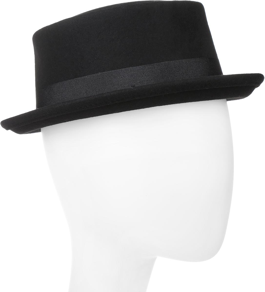 Шляпа Goorin Brothers, цвет: черный. 600-9314. Размер M (57)600-9314Элегантная шляпа Goorin Brothers, выполненная из фетра, дополнит любой образ. Модель с узкими полями и невысокой вертикальной тульей и загнутыми вверх полями. Поля зафиксированы и лучше всего смотрятся в положении вверх, но их можно изгибать вниз по желанию. Шляпа по тулье оформлена широкой репсовой лентой с перетяжкой и металлическим элементом в виде логотипа бренда. Аккуратные поля шляпы придадут вашему образу таинственности и шарма. Такая шляпа подчеркнет вашу неповторимость и прекрасный вкус.