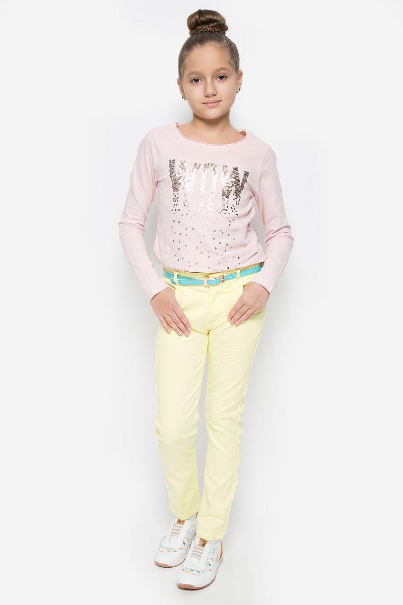 Брюки для девочки Nota Bene, цвет: желтый. SS162G401-2. Размер 146SS162G401-2Удобные брюки для девочки Nota Bene идеально подойдут вашей маленькой моднице. Изготовленные из эластичного хлопка, они мягкие и приятные на ощупь, не сковывают движения, сохраняют тепло и позволяют коже дышать, обеспечивая наибольший комфорт.Брюки застегиваются на ширинку на застежке-молнии и пуговицу на поясе, имеются шлевки для ремня. С внутренней стороны пояс регулируется эластичной резинкой с пуговицей. Модель дополнена двумя втачными карманами и одним накладным кармашком спереди, а также двумя накладными карманами сзади. В комплект входит узкий ремень с металлической пряжкой.Практичные и стильные брюки идеально подойдут вашей малышке, а модная расцветка и высококачественный материал позволят ей комфортно чувствовать себя в течение дня!